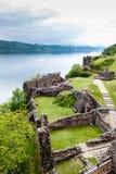 在湖尼斯湖,苏格兰的Urquhart城堡 免版税库存图片