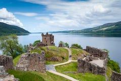 在湖尼斯湖,苏格兰的Urquhart城堡 库存照片