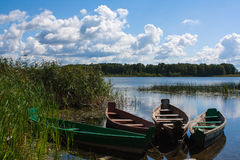 在湖岸的四条老木小船 库存图片