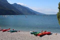 在湖岸的多彩多姿的独木舟 免版税库存图片