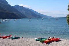 在湖岸的多彩多姿的独木舟 图库摄影