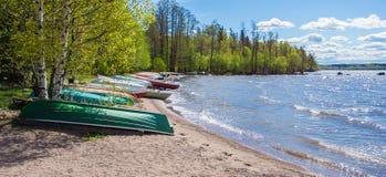 在湖岸的小船 免版税库存图片