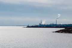 在湖岸的工业区 免版税图库摄影