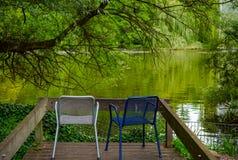 在湖岸的椅子  库存照片