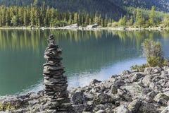在湖岸的金字塔 库存照片