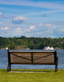 在湖岸的长凳 库存照片