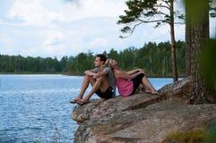 在湖岸的年轻夫妇 库存照片