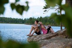 在湖岸的年轻夫妇 库存图片