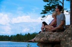 在湖岸的年轻夫妇 免版税库存图片