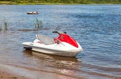 在湖岸的水色自行车在夏天晴天 免版税图库摄影