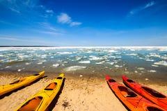 在湖岸被生动描述的岩石国民的皮船 免版税库存图片