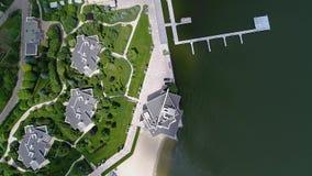 在湖岸视图的娱乐复合体从上面,在餐馆的飞行在婚礼期间 股票录像