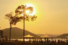 在湖庭院的日落 库存图片