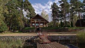 在湖或海附近的一个木村庄 豪华房子假期 股票录像
