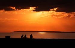 在湖或海Alakol,哈萨克斯坦的日落 免版税库存图片