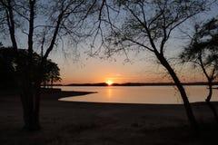 在湖拉尼尔乔治亚之外的日落 免版税库存图片