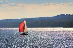 在湖施塔恩贝格的风船 免版税库存图片