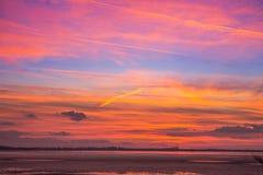 在湖旁边的五颜六色的日落秀丽 库存图片