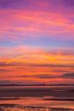 在湖旁边的五颜六色的日落秀丽 免版税库存照片