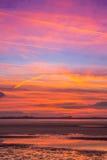 在湖旁边的五颜六色的日落秀丽 库存照片