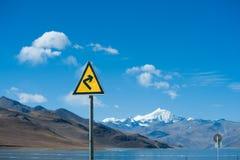 在湖旁边的交通标志 图库摄影