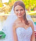 在湖旁边的新娘 免版税库存图片