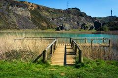 在湖旁边的木人行桥,la arboleda,巴斯克国家 库存图片