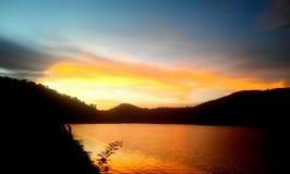 在湖旁边的自然图象 库存照片