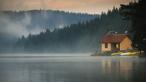 在湖旁边的议院 图库摄影