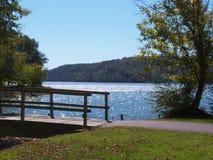 在湖旁边的路 库存照片