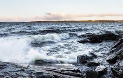 在湖旁边的风暴日在12月在芬兰 免版税库存照片