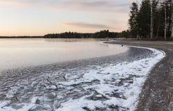 在湖旁边的12月天在冷淡的夜以后 免版税库存照片