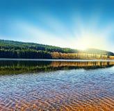 在湖日出之上 库存图片