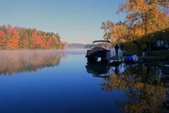 在湖月桂树,柏克夏,马萨诸塞的秋叶 库存照片