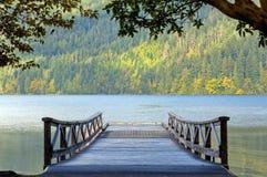 在湖月牙华盛顿的木码头 免版税库存图片