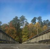 在湖桥梁的公园足迹 免版税库存照片