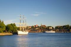 在湖梅拉伦湖,斯德哥尔摩,瑞典的白色船游艇小船旅舍 库存照片