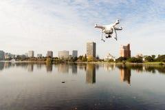 在湖梅里特奥克兰加利福尼亚的dDrone Quadcopter真空吸尘器 免版税图库摄影