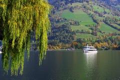 在湖泽勒岸的美好的秋天图象  库存照片