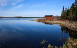 在湖流洒的红色 库存图片