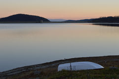 在湖海岸的一条小船 库存图片