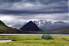 在湖海岸的帐篷 图库摄影