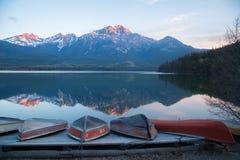 在湖海岸的皮船 免版税库存图片