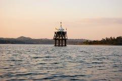 在湖淹没的古庙,泰国 库存图片