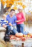 在湖用南瓜,秋天时间附近的年轻家庭 库存图片
