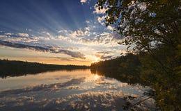 在湖的一个安静的8月晚上 图库摄影
