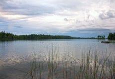 在湖的一个清楚的早晨 免版税库存照片
