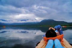 在湖的一个独木舟 免版税库存照片