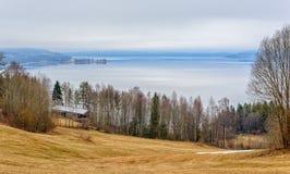 在湖的一个美好的春天早晨 免版税库存照片