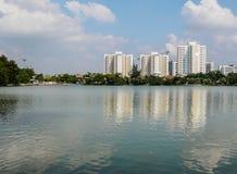 在湖的一个美好的晴天在有大厦的公园在水反射了 库存照片